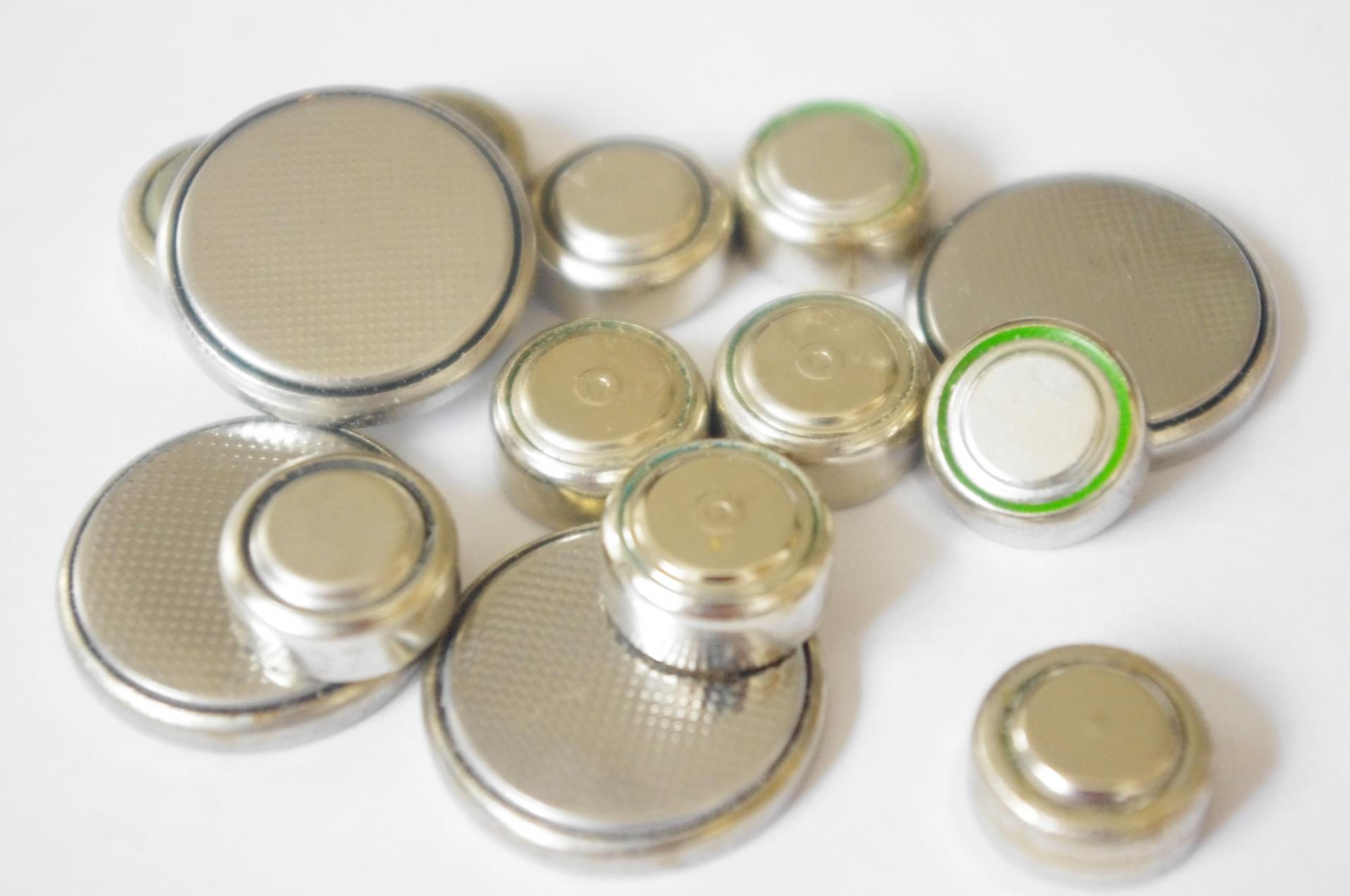 【小児科医が解説】子どもがボタン電池誤飲してしまった時の症状、対処法